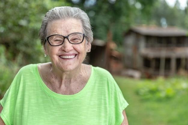 Feliz fazendeiro idoso brasileiro.