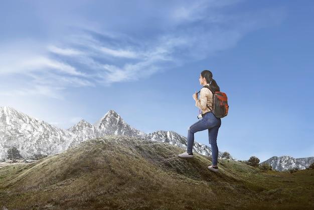 Feliz, femininas, femininas, viajante, com, mochila, andar
