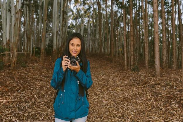 Feliz, femininas, viajante, segurando, câmera
