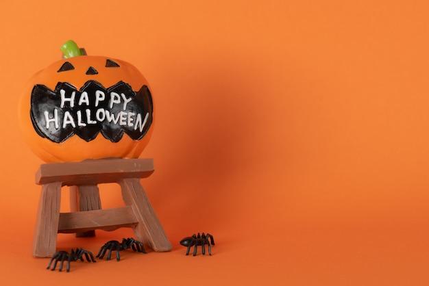 Feliz feriado do dia das bruxas, gostosuras ou travessuras com abóbora e aranhas na laranja