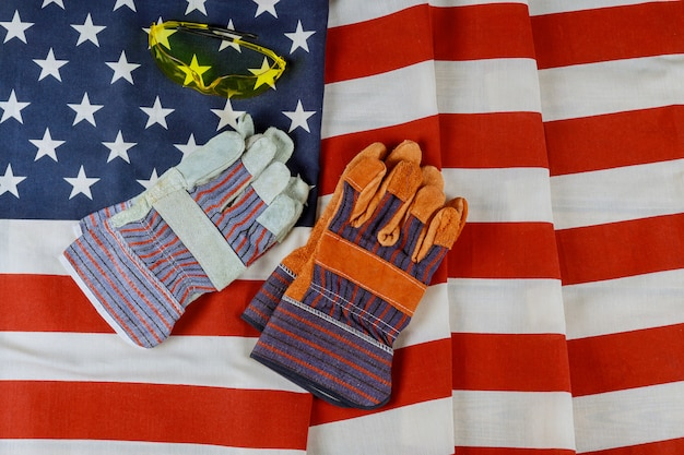 Feliz feriado federal do dia do trabalho construção luvas de couro ferramentas em sobre a bandeira americana
