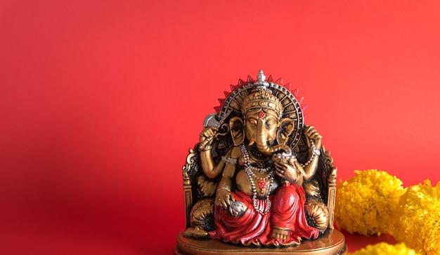 Feliz festival ganesh chaturthi, estátua de bronze ganesha e textura dourada