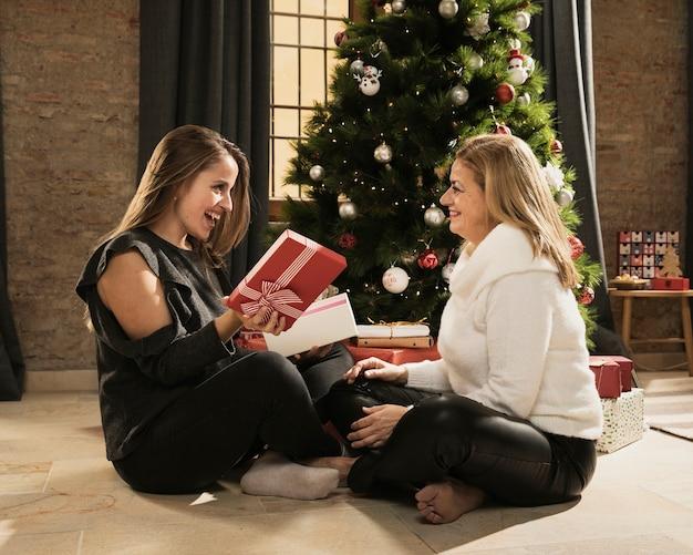 Feliz filha e mãe com presentes
