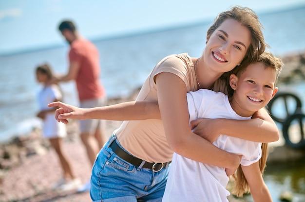 Feliz final de semana na praia com toda a família