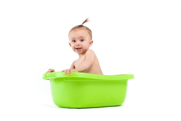 Feliz fofinho menina tomar banho na banheira verde