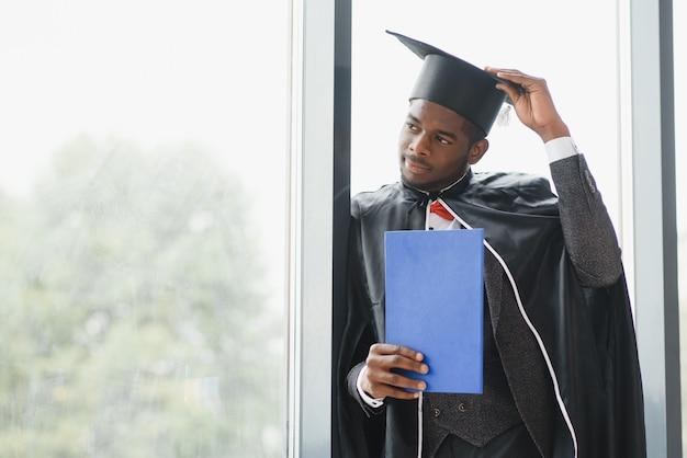 Feliz formando-se na escola de direito afro-americana no dia da formatura