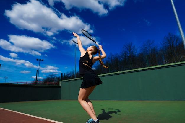 Feliz garota sexy bonita jogando tênis na quadra. esporte e recreação, lazer