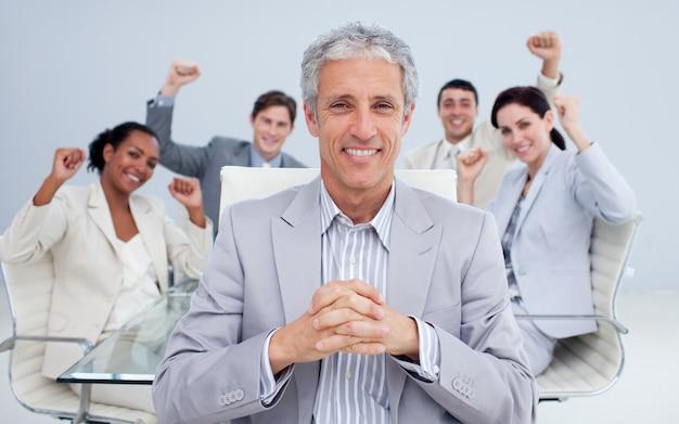 Feliz gerente e equipe de negócios comemorando um sucesso