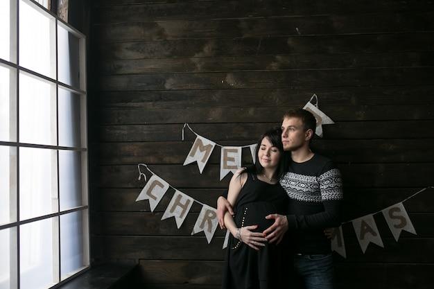 Feliz grávida casal em casa