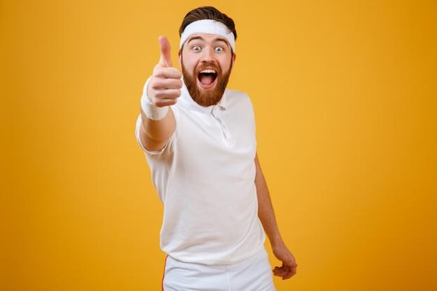 Feliz gritando esportista aparecendo polegar na câmera