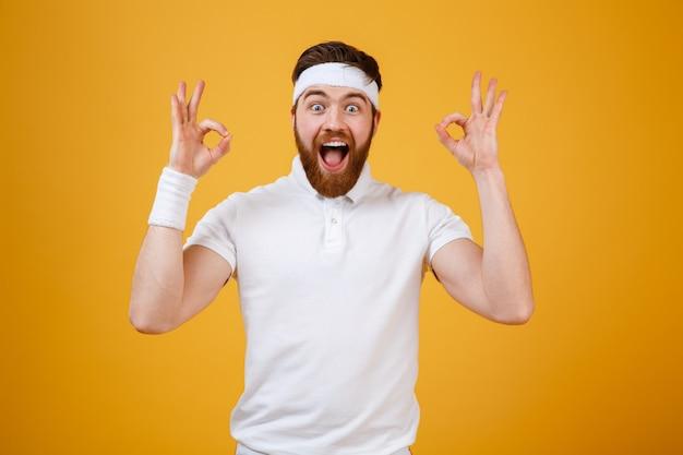 Feliz gritando esportista mostrando sinais ok