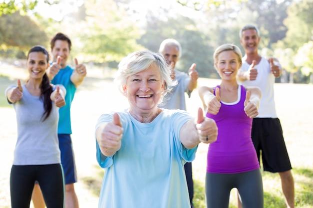 Feliz grupo atlético com polegares acima