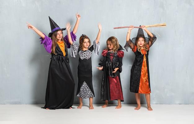 Feliz grupo de amigos com trajes de vampiros e bruxas para as férias do dia das bruxas
