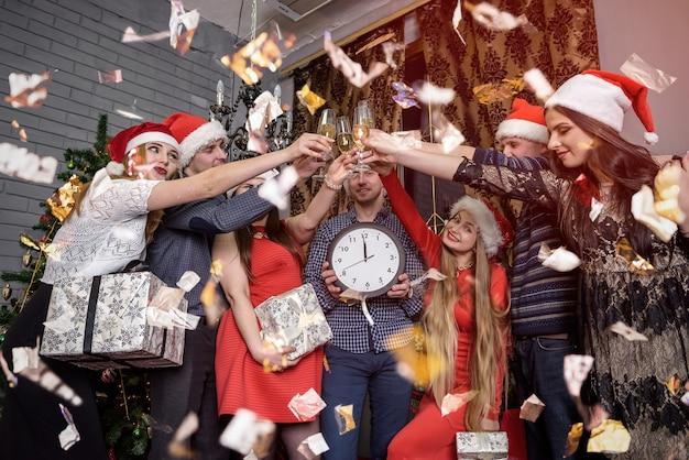 Feliz grupo de amigos comemorando a noite de ano novo