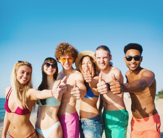 Feliz grupo de amigos se divertindo na praia. conceito de verão