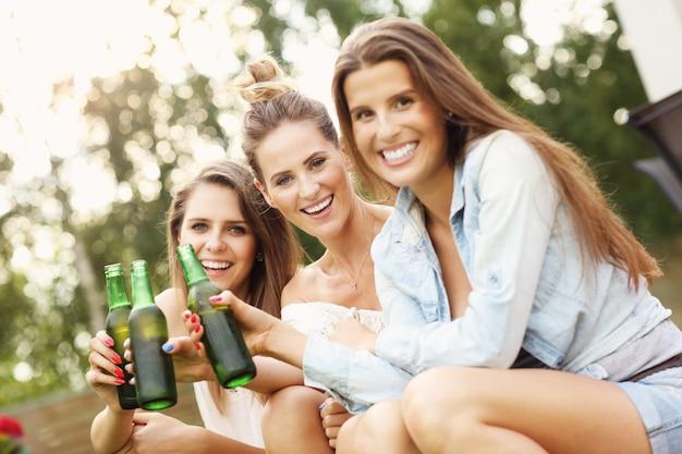 Feliz grupo de amigos tomando uma cerveja ao ar livre