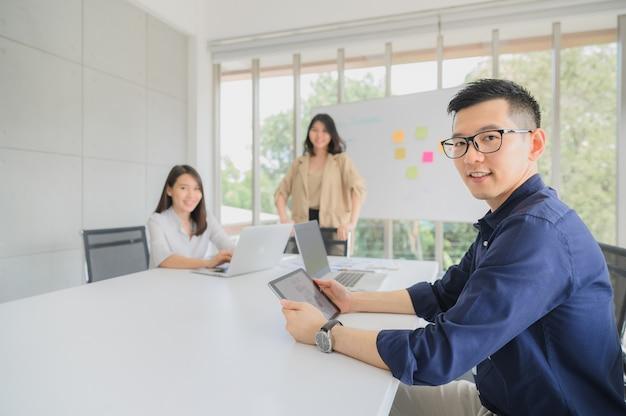Feliz grupo de empresários na sala de reuniões