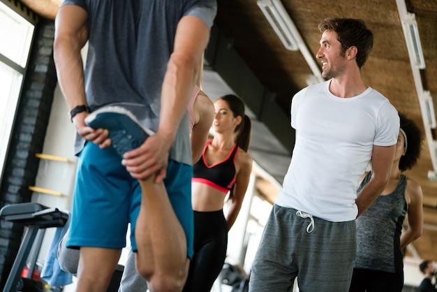 Feliz grupo de esportistas em um ginásio. conceitos sobre estilo de vida e esporte em uma academia