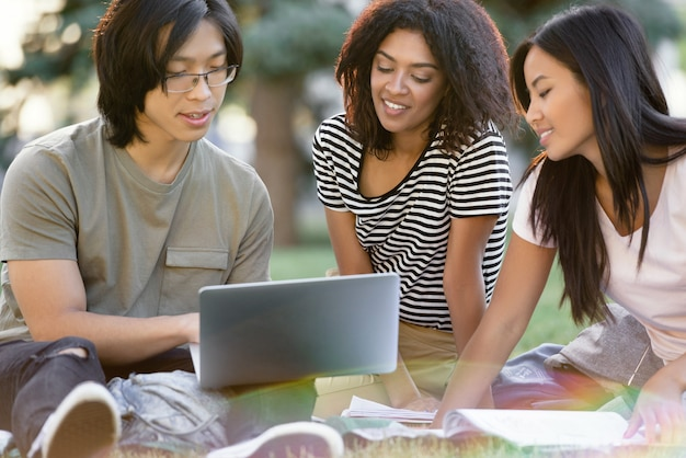 Feliz grupo de estudantes multiétnicas estudando