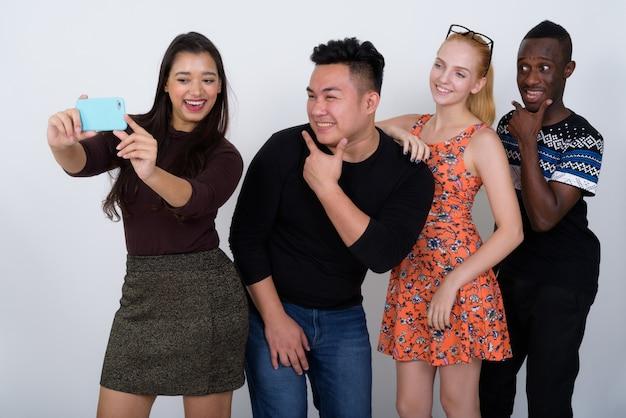 Feliz grupo diverso de amigos multiétnicos sorrindo
