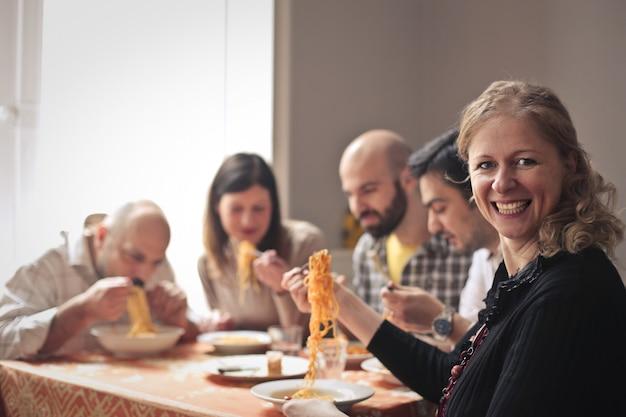 Feliz, grupo pessoas, comendo macarrão