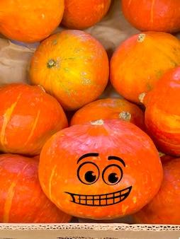 Feliz halloween abóbora sorrindo da caixa
