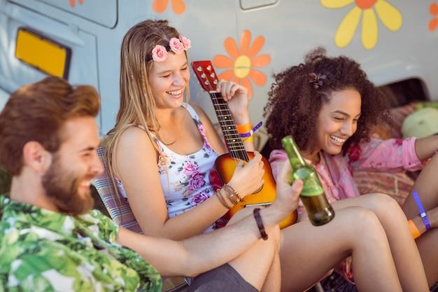 Feliz hipsters relaxando no acampamento