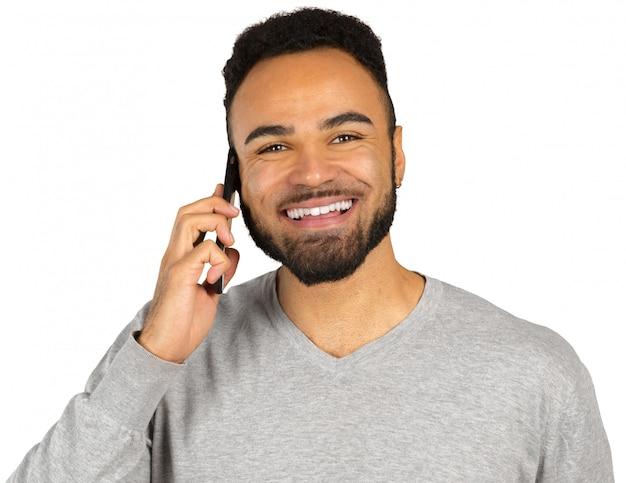 Feliz homem afro-americano usando um telefone celular