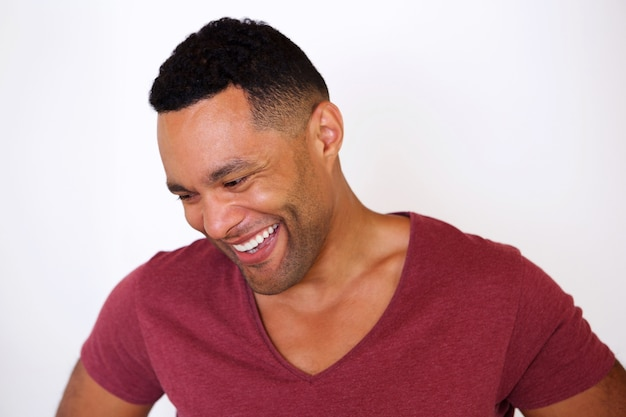 Feliz, homem americano africano, olhando baixo, e, sorrindo, contra, fundo branco