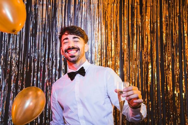 Feliz homem dançando e comemorando ano novo
