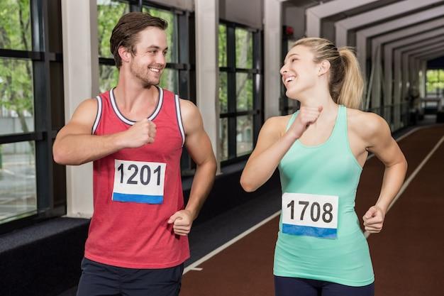 Feliz homem e mulher correndo juntos