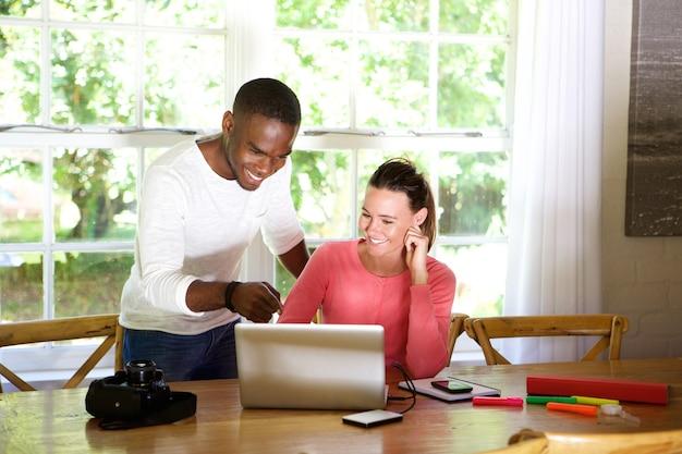 Feliz, homem jovem, e, mulher olha, em, laptop