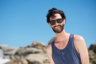 Feliz, homem jovem, sorrindo, com, óculos de sol