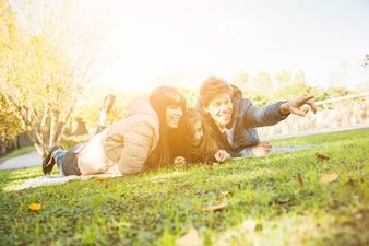 Feliz, homem, mentindo, com, seu, família, parque, apontar, algo