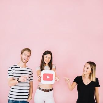 Feliz, homem mulher, apontar, seu, amigo, mostrando, youtube, ícone
