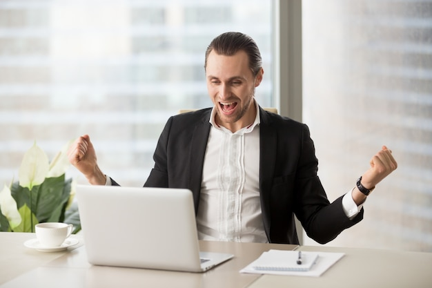 Feliz, homem negócios, excitado, devido, sucesso
