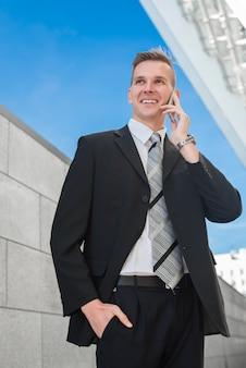 Feliz, homem negócios, fazendo telefonema