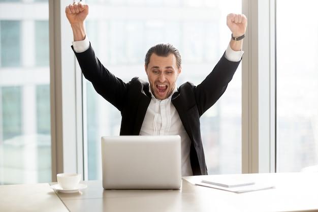 Feliz, homem negócios, frente, laptop