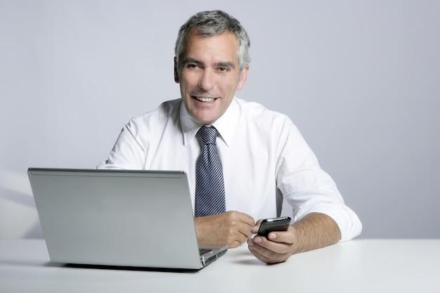 Feliz, homem negócios sênior, laptop, móvel, retrato