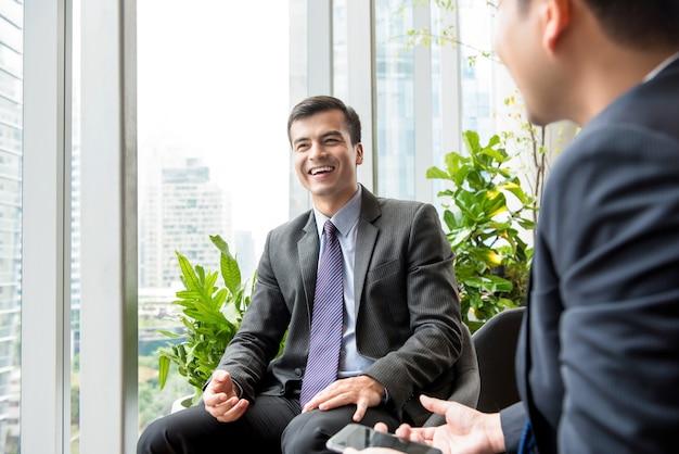Feliz, homem negócios, smilng, em, a, reunião, com, seu, cliente