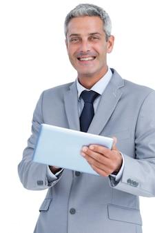 Feliz, homem negócios, usando, pc tabela, olhando câmera