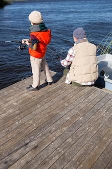 Feliz homem pescando com seu filho