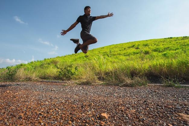 Feliz, homem saltando, em, montanha