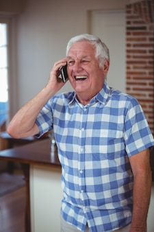 Feliz homem sênior falando no telefone