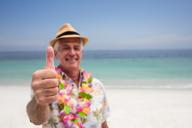 Feliz homem sênior mostrando é polegares para cima