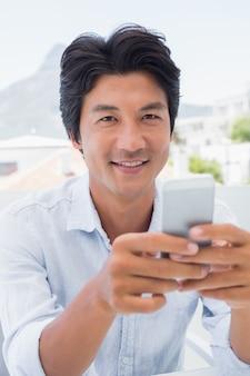 Feliz homem texting no telefone