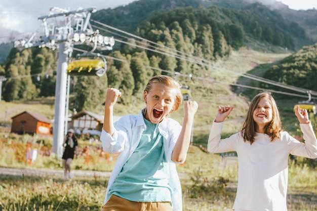 Feliz irmão e irmã no resort de montanha
