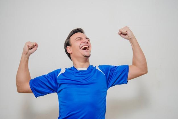 Feliz jogador de futebol comemorando