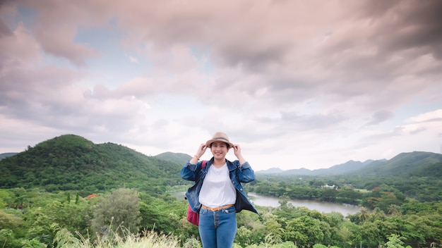 Feliz jovem asiática no parque nacional kang kra chan tailândia