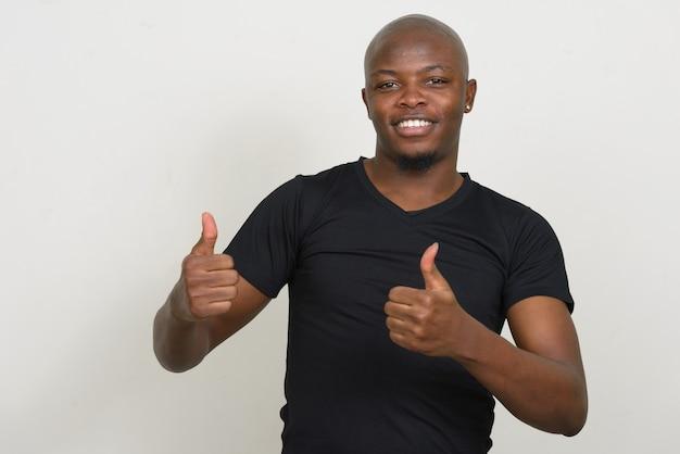 Feliz jovem bonito careca africano fazendo sinal de positivo